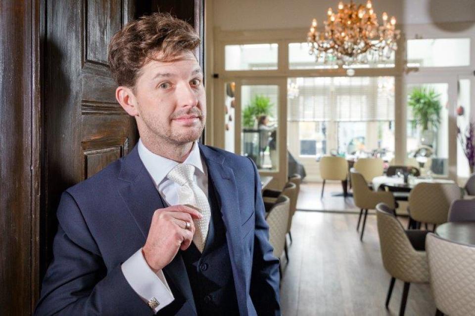 Witte stropdassen met donkerblauw pak